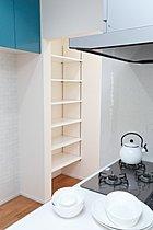 キッチン横のストック用棚は玄関からそのまま入れます