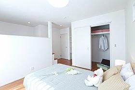ウォークインクローゼットと棚、ぷらスポット付の主寝室