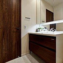 カウンター下に棚を設け、機能性の高い飾り棚に