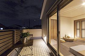 バルコニーと主寝室の高さを合わせ、広がりのある設計。
