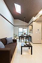 自然の光が天井から、お部屋全体を優しく明るく照らします。
