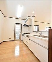 キッチンには食洗機や足元床暖房を標準装備