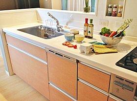 キッチンはTOTO社製。水はねがしにくい水ほうき水栓を採用。