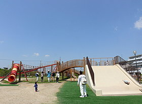大型遊具やバスケットコート、テニスコートのあるふれあい緑地