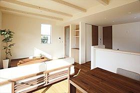 キッチン横には家族共用のカウンター収納を計画