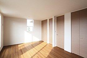 しっかりと収納力を備えたくつろぎの主寝室・洋室
