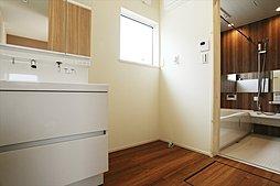 広々洗面脱衣室は、ゆとりある脱衣スペースを実現。