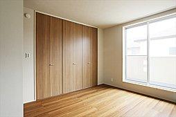 しっかりと収納力を備えた主寝室は、一日の疲れを癒やすくつろぎの空間。