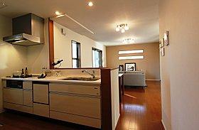 6号棟 リビングの様子が伺える対面キッチンを採用
