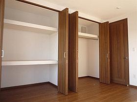 主寝室には広さのあるウォークインクローゼットを設置
