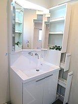 いつも使う小物がしまえるサイド収納・三面鏡収納付きの洗面台