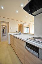 キッチンから水まわりを結んだ短い家事動線。(当社施工例)