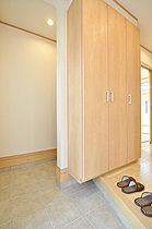 玄関横には靴のまま出入りできる収納を準備。(当社施工例)