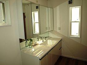 お掃除がしやすくきれいが続く。収納豊富使いやすい洗面化粧台。