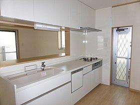 対面式のキッチンは家族を見守りながらお料理できます