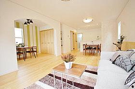 床、建具、腰壁にアーチ壁