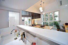 """""""ひかり""""と""""ゆとり""""が迎えてくれる、機能的なデザインの家"""