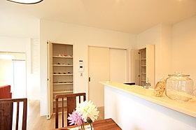 キッチン収納。カップ麺やビールなどを収納できます。
