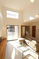 高天井を採用した明るいリビング(モデルハウス)