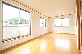大きな窓のあるリビングは、明るく解放感溢れる空間です!
