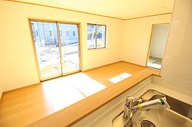対面式キッチン採用。明るく開放感溢れるリビングです!
