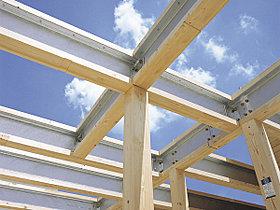 木造住宅でも梁に鉄を使うことで、より強固な家を構成。