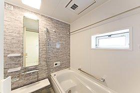 お子様と一緒にバスタイムを楽しめる広々浴室。(2号棟)