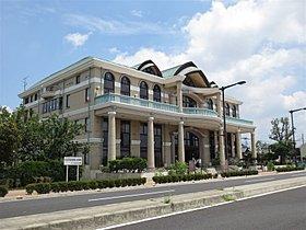 市役所出張所、市民会館、図書館完備