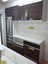 大容量の食器収納・家電収納、スッキリとゴミ箱3ケース収納