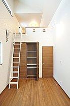 施工例:2階リビングプラン。人目を気にせず過ごせます。