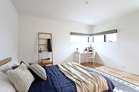 コーナーの窓と造り付けのカウンターのある寝室