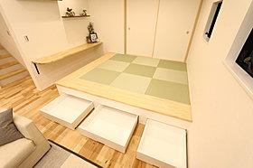 カウンターのある床下が収納になった小上がりの和室