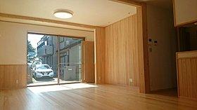 桧の無垢材(床材・腰壁)は温もりがあり、人に優しい。