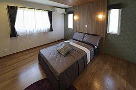 上品な明りを巧みに使った寝室