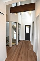 モデルルーム「広々開放的な玄関」