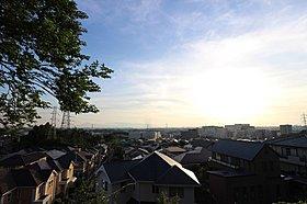 「弘法松公園」から見た「新百合ケ丘」駅