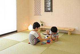 色あせしにくく強い「美草」を使用したモダン和室。