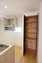 キッチンパントリー 可動棚を高さ調整してしっかり収納。