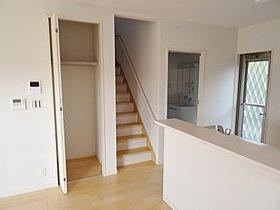 キッチン横に階段があり、家族の会話が弾みます!!