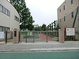 徒歩1分(80m)の「三鷹市立北野小学校」。