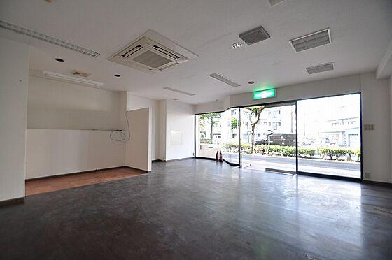 ビル(建物全部)-北九州市小倉南区徳力7丁目 日が差し開放感のあるガラスドア付1F室内