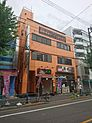 明るい色が目を引く外観・人気の中野駅まで徒歩9分の好立地です。