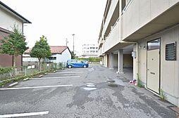 各部屋1台は確保できる広い駐車場スペース