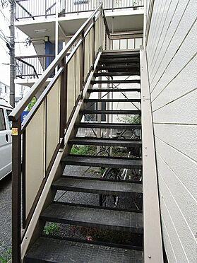 アパート-墨田区八広5丁目 手すりの付いた昇降しやすい階段。