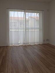 2階南側洋室2。南側バルコニーに面した掃出し窓があります。