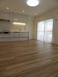 キッチンにはダウンライトが設置されています。キッチン横はバルコニーに面しており、自然換気やごみの一時置きとしても利用できます。