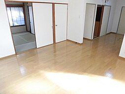 リフォーム済。リビング写真です。天井と壁のクロスは張替え、床はフローリングを重ね張りにしました。2面採光の明るいお部屋です。