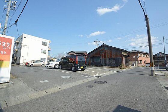 アパート-松阪市清生町 戸数分の駐車場確保済。車の出し入れのしやすい角地。