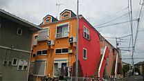 赤とオレンジ色の外壁が目を惹くお洒落な外観です。