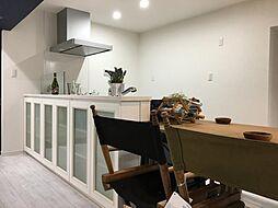 室内はシンプルなクロスと床材でまとめられておりますので、選ぶ家具や小物によってガラリと雰囲気を変えられます。